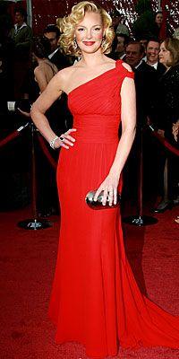 Trend takipçisi Katherine Heigh, ateş kırmızısı elbisesiyle çok daha çekici görünüyor.